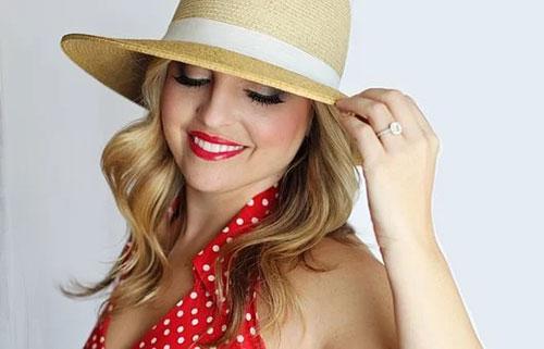 Maquillage jour cils et lèvres femme sous chapeau de paille