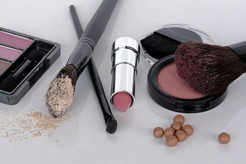 Types de maquillages pinceau rouge a lèvre