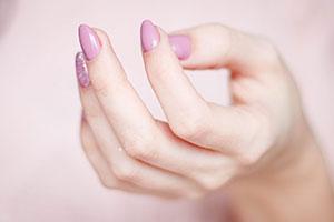 Soins des mains, manucure ongles rose