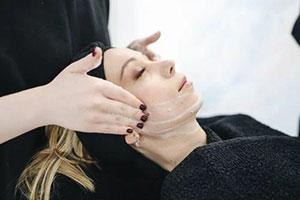 soins du visage massage mains préparation de la peau
