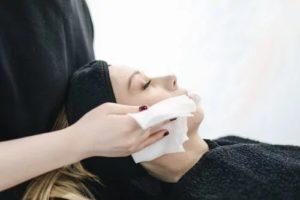 Soin visage avec des lingettes nettoyer le visage